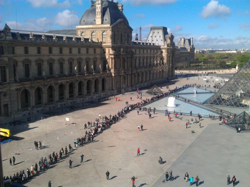 waiting line at the louvre museum